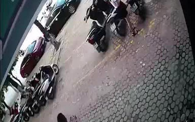 Video khoảnh khắc thoát chết thần kỳ của tài xế ô tô khi bị xe khác đâm trực diện.