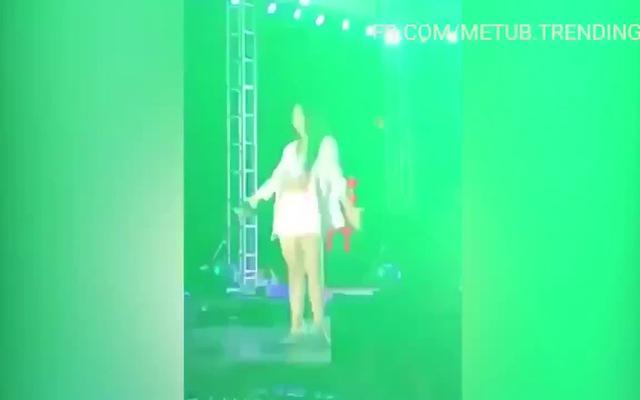 Clip nữ ca sĩ té trên sân khấu