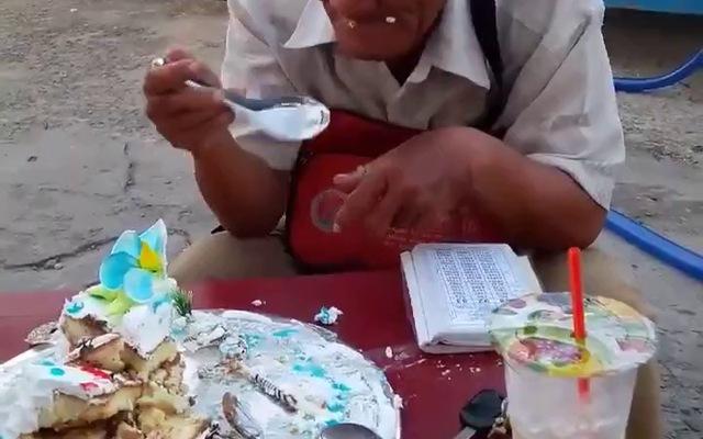 Clip: Xót xa hình ảnh cụ ông bán vé số khắc khổ ngồi ăn chiếc bánh sinh nhật bị bỏ thừa