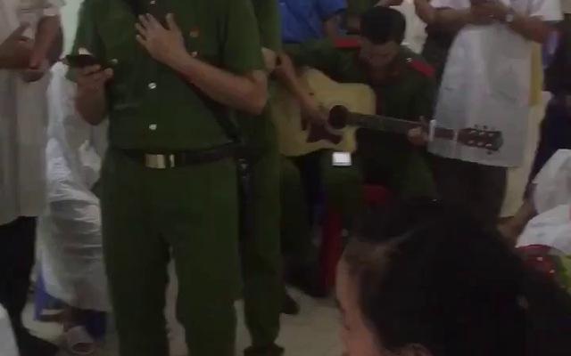Cảm động với món quà ý nghĩa của nhóm sinh viên học viện cảnh sát, nhiều bệnh nhân bật khóc.
