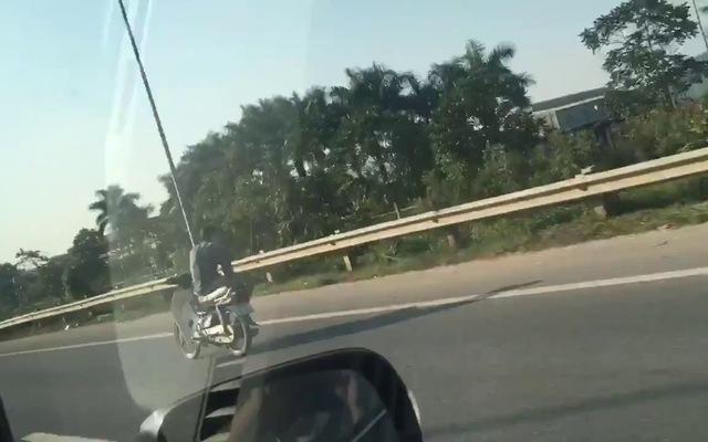 Nam thanh niên khiêu vũ với tử thần trên đường cao tốc