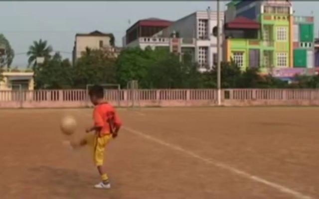 Gia Huy tập với bóng trước khi gia nhập lò HAGL