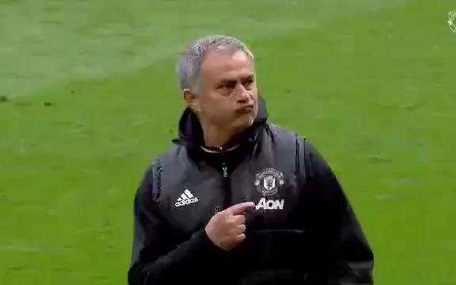 Mourinho kiêu hãy chỉ tay vào logo Man Utd