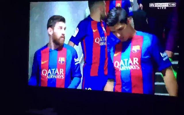 Messi nhổ ra chiếc răng bị gãy