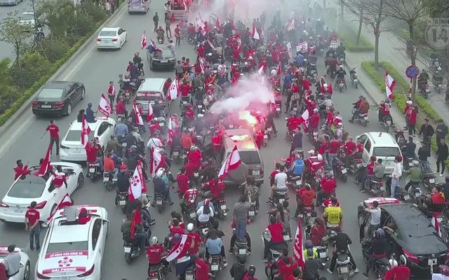 Fan Hải Phòng đốt pháo sáng, nhuộm đỏ đường phố Thủ đô