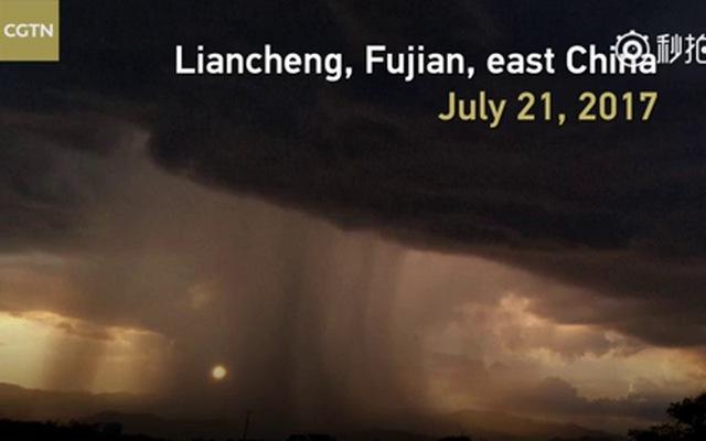 Người dân Trung Quốc hoang mang vì đám mây khổng lồ như sắp nuốt chửng cả thành phố