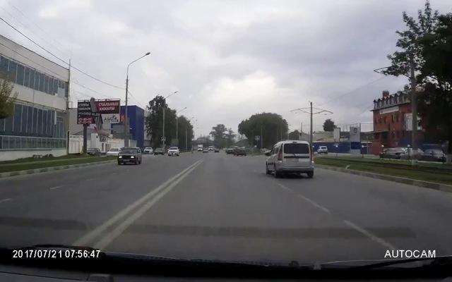 Đang sang đường, cô gái trẻ bất ngờ bị một chiếc xe máy từ xa văng trúng người