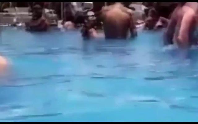 Justin Bieber thân mật với mục sư trong bể bơi