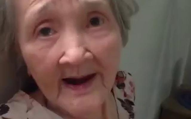 Bà ngoại siêu xì-tin khi được cháu dỗ ăn