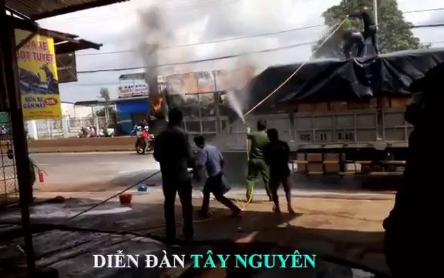 Cảm động người dân ra giúp tài xế dập tắt đám cháy dù không quen biết
