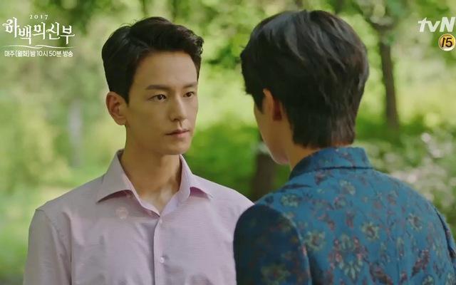 Ha Baek vạch áo Hoo Ye và thấy dấu vết của Joo Dong