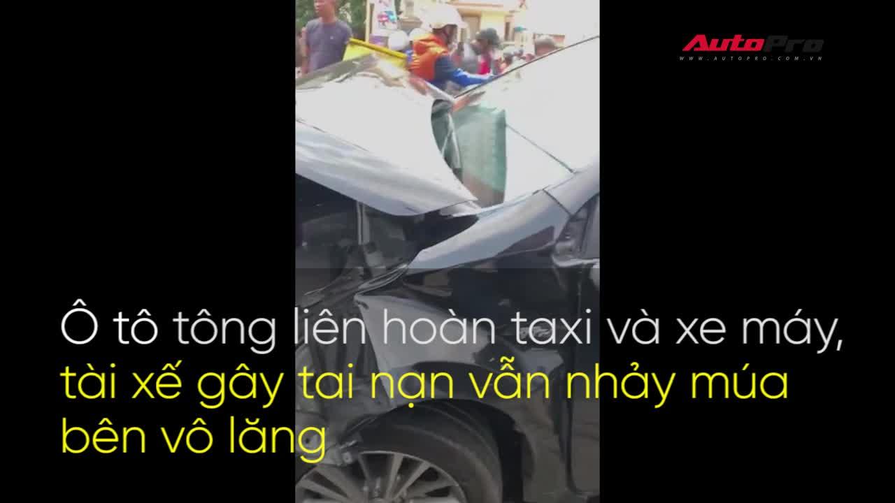 Ô tô tông liên hoàn taxi và xe máy, tài xế gây tai nạn vẫn nhảy múa bên vô lăng
