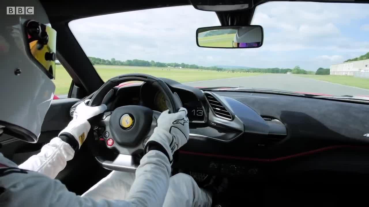 Hồi hộp xem Stig thể hiện Ferrari 488 Pista trên đường đua