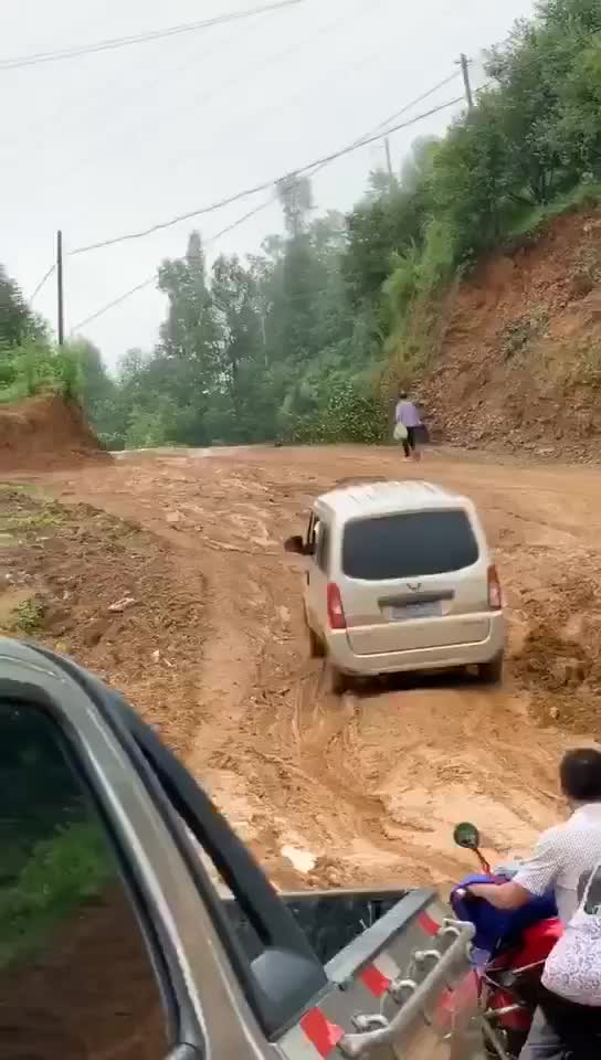 Bất ngờ cách vượt qua bùn lầy của chiếc xe chỉ có dung tích động 1.0L