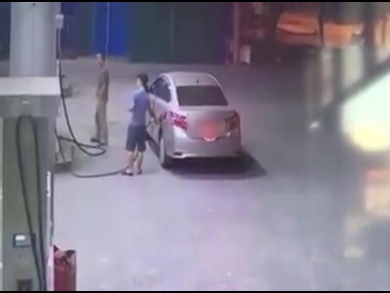 Lái xe bỏ chạy sau khi đổ xăng
