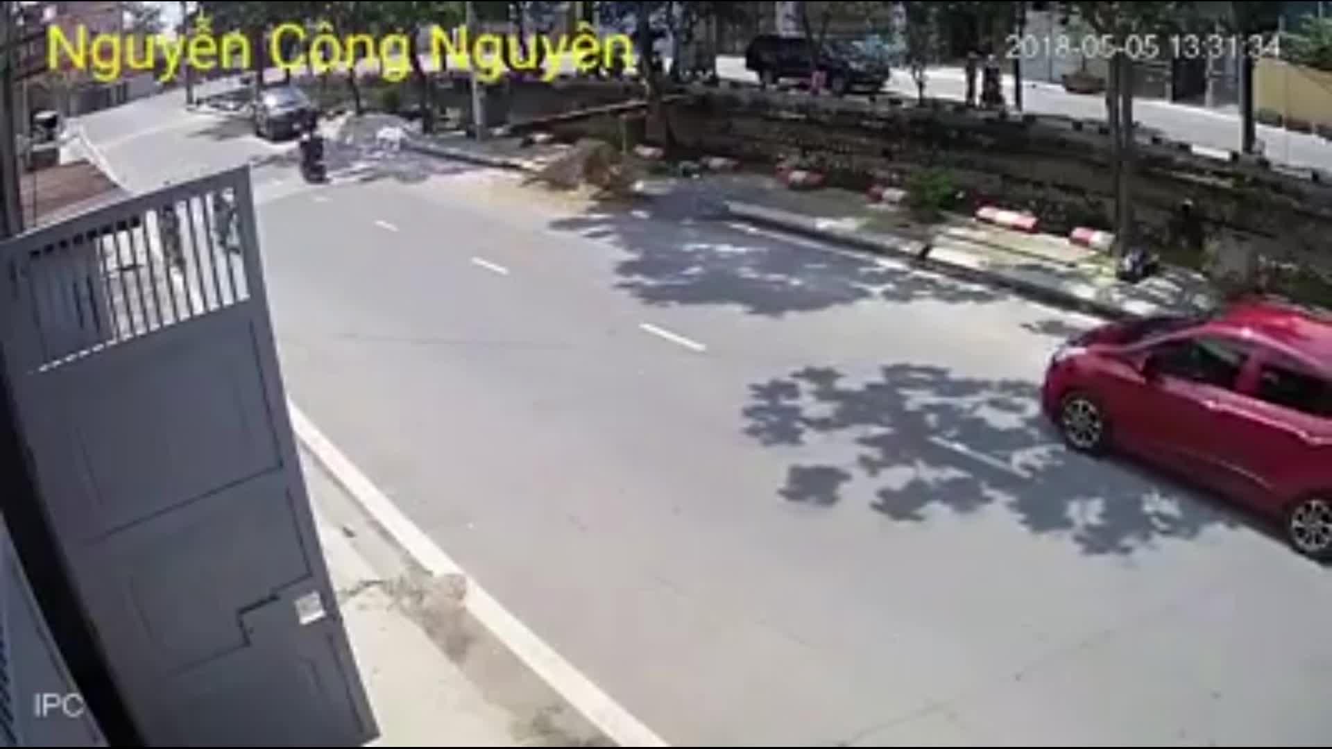 Nhóm người đánh nhau ngoài cổng xóm trọ