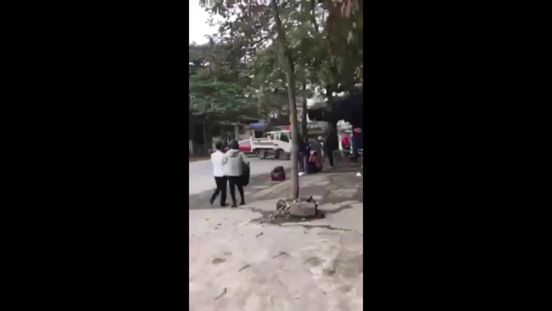 Cảnh sát giao thông chặn đường xe tải bỏ chạy