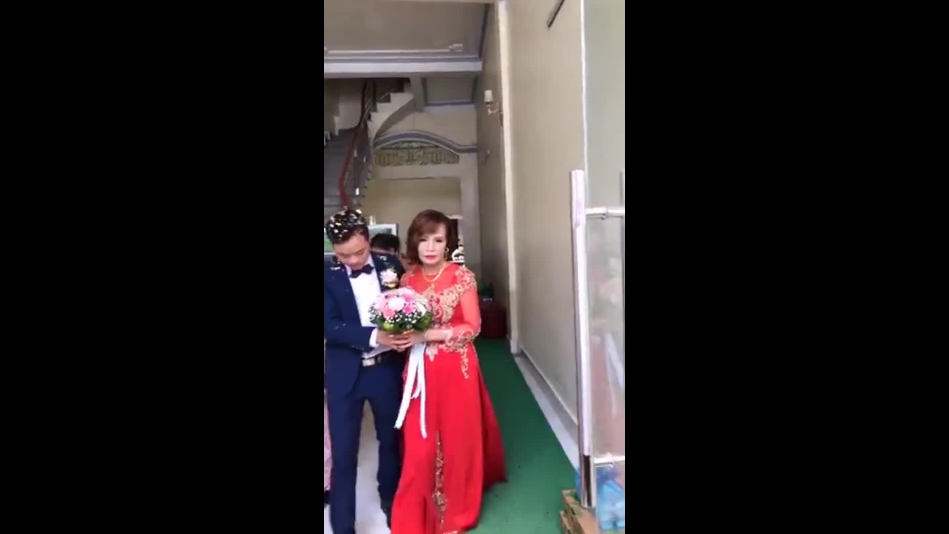 Xuất hiện người phụ nữ lạ tại đám cưới cô dâu 62 tuổi và chú rể 26 tuổi