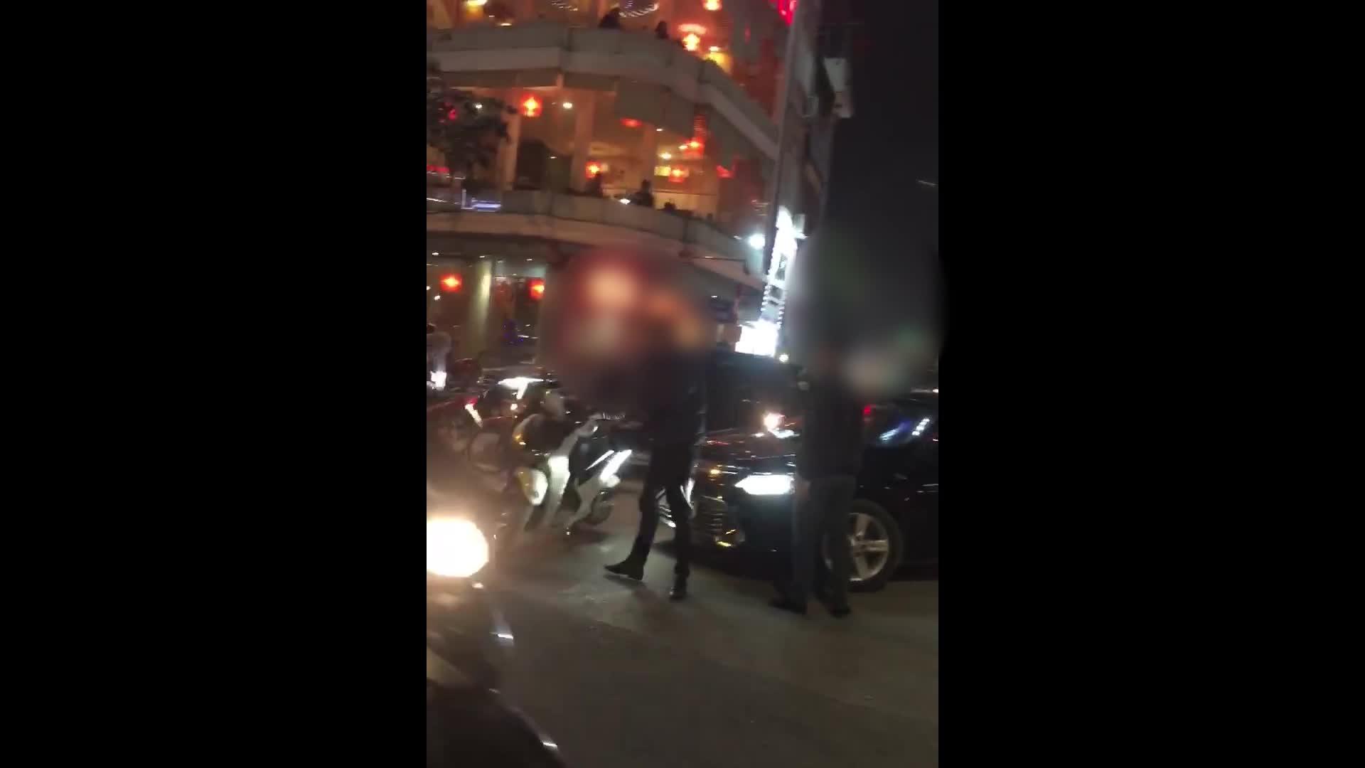 Hai thanh niên lao vào đánh nhau sau va cham giao thông