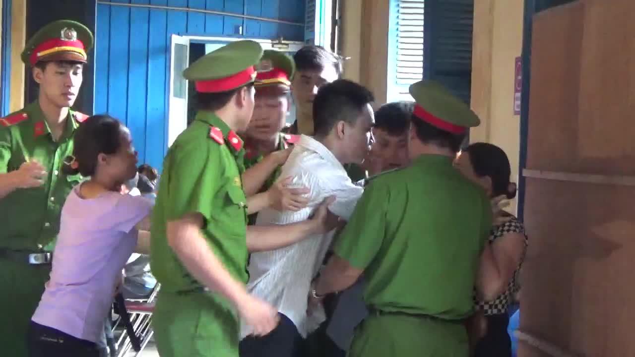 Bị cáo Nguyễn Văn Phong xin lần lượt ôm người thân lần cuối. (Clip: Bảo Minh)
