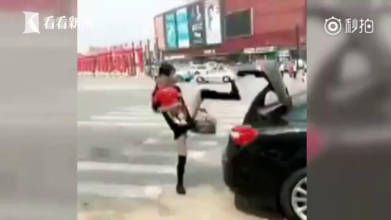 Chị em thi nhau khoe video đóng cốp ô tô bằng chân (P1)