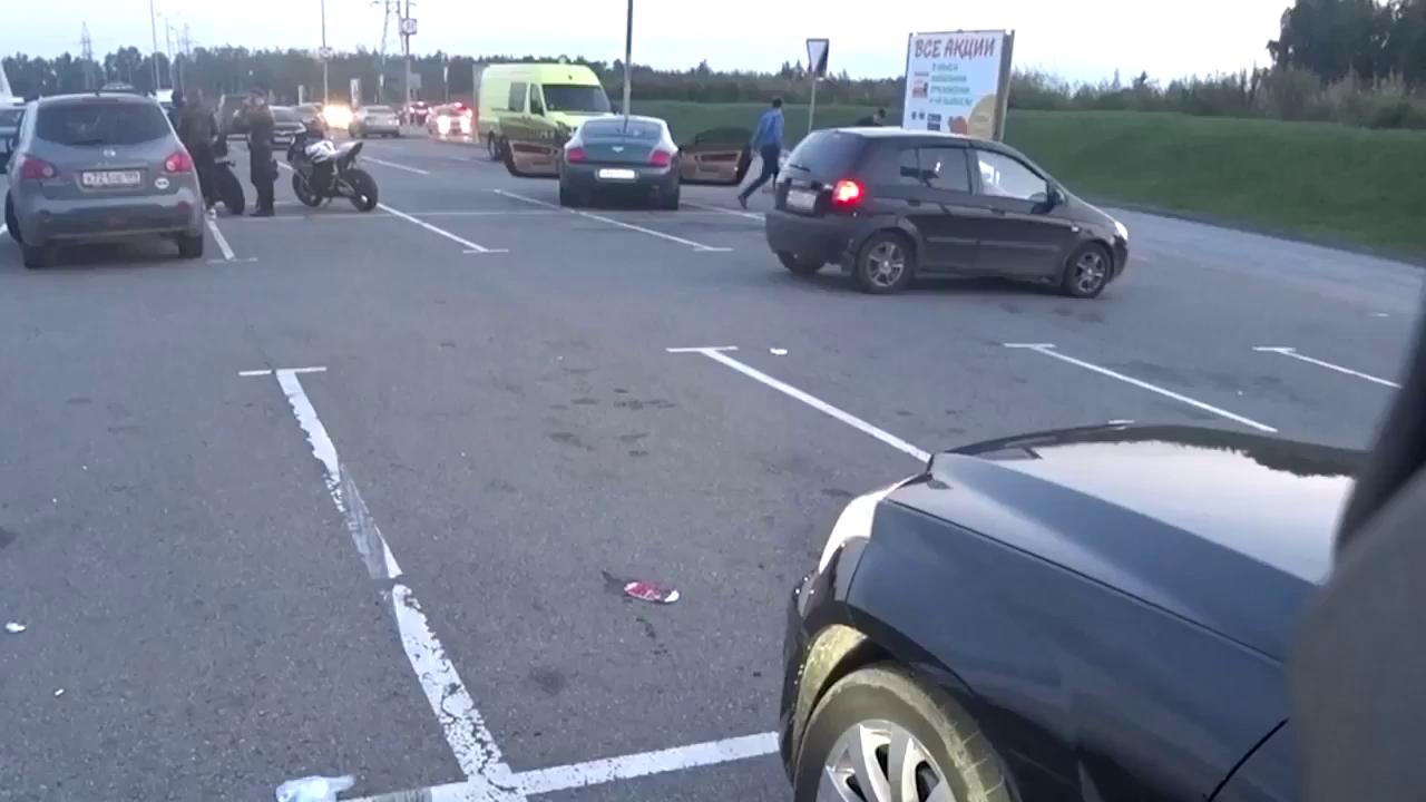 Người lái xe sang Bentley bị biker dạy một bài học