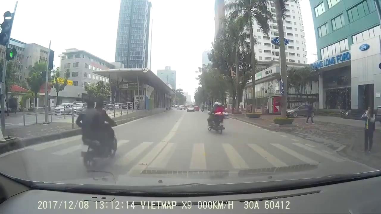 Hà Nội: Xe máy chạy nhanh vào làn BRT, tông phải học sinh sang đường