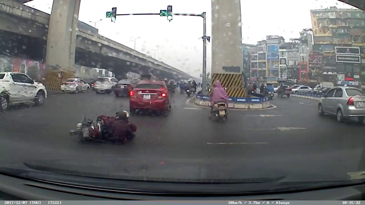 Hà Nội: Không xi-nhan xin đường, xe máy tông phải hai xe hơi cùng lúc