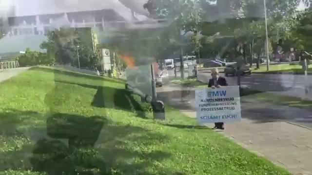 Doanh nhân phóng hỏa, đốt chiếc 7-Series bên ngoài trụ sở BMW