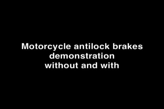 Thử nghiệm xe máy khi có và không có ABS