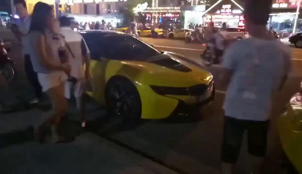 """Hàng chục siêu xe và xe thể thao """"tông xuyệt tông"""" màu vàng tụ tập tại Nha Trang"""