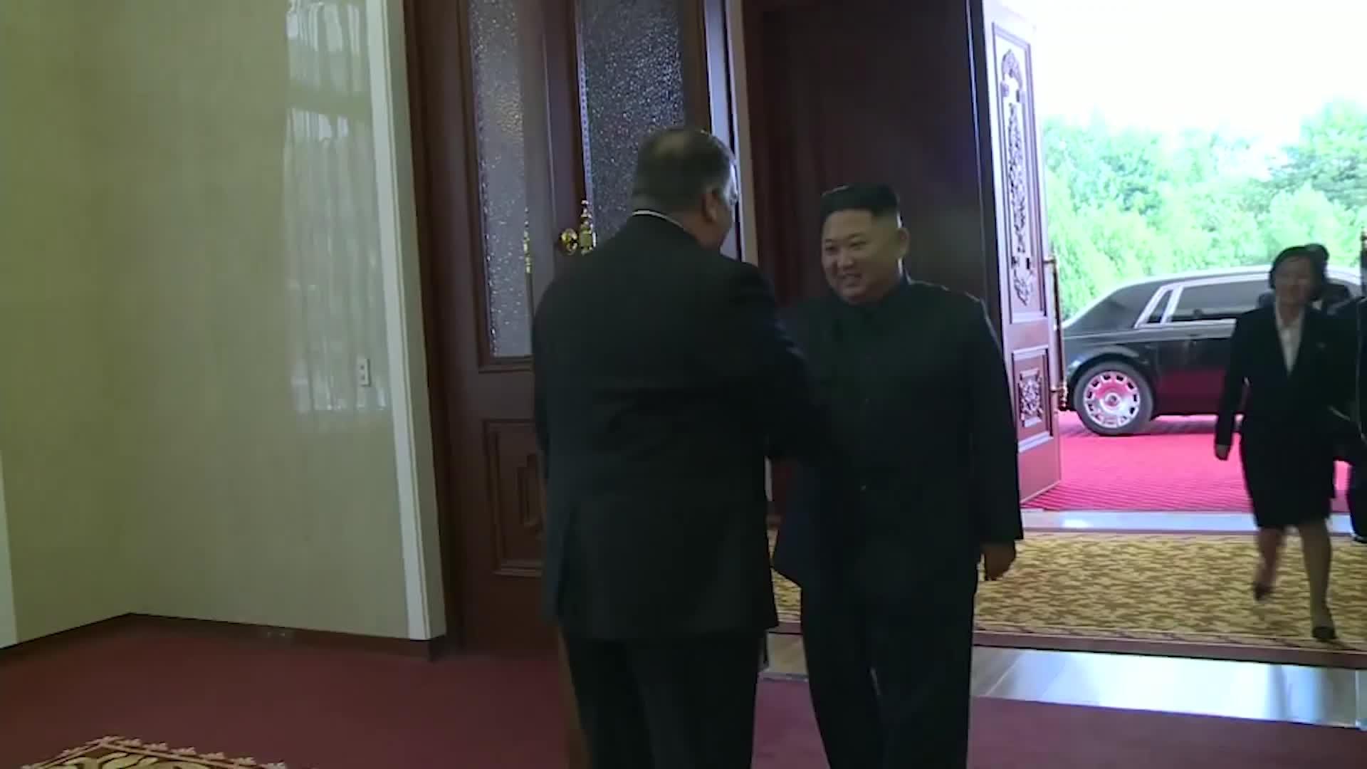 Ông Kim Jong Un xuất hiện cùng chiếc Rolls-Royce mới
