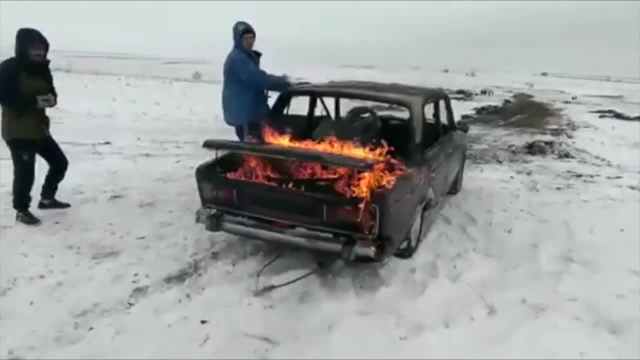 Màn lao xe đang cháy xuống hồ băng của tay chơi Nga liều lĩnh