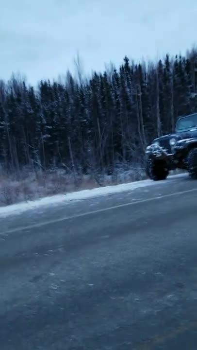 Tài xế xe Jeep cho xe chạy qua đoạn đường bị sụt vì động đất và cái kết kinh ngạc