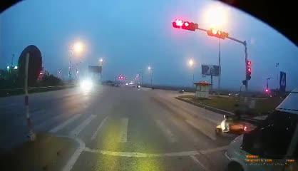 Nam thanh niên cố tình dàn cảnh tai nạn trước mũi xe tải