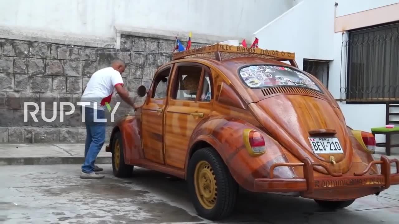 Bố chế tạo Volkswagen bằng gỗ, đi 10.000 km để hoàn thành lời hứa thăm con