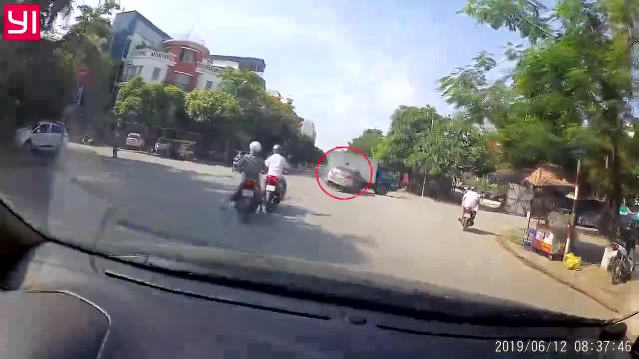 Bị kẹt giữa xe tải và ô tô con, người đàn ông đi xe máy thoát ở vị trí không ngờ