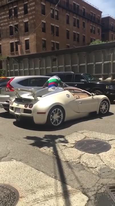 Sao Hollywood tậu Bugatti 2 triệu USD mới toanh, gặp tai nạn ngay sau khi rời đại lý