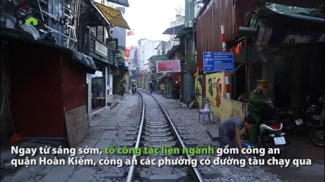 Ảnh-clip- dựng rào chắn cấm mọi ngả đường vào phố cà phê đường tàu