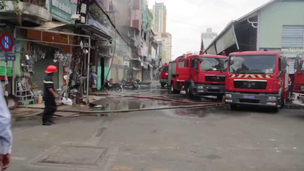 Ba quận cùng cứu nhà 5 tầng cháy sát chợ Kim Biên