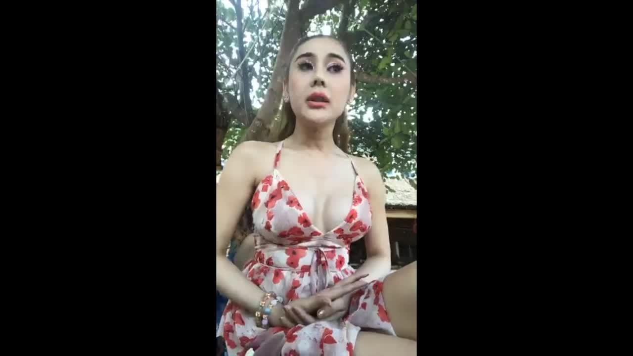 Lâm Khánh Chi bức xúc livestream.