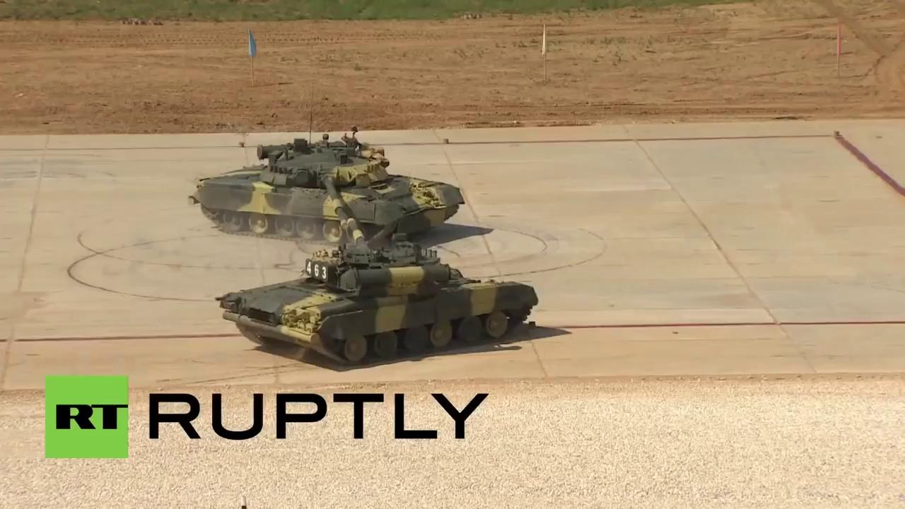 Màn trình diễn hoàn hảo của những chiếc xe tăng T-80 cơ bắp.