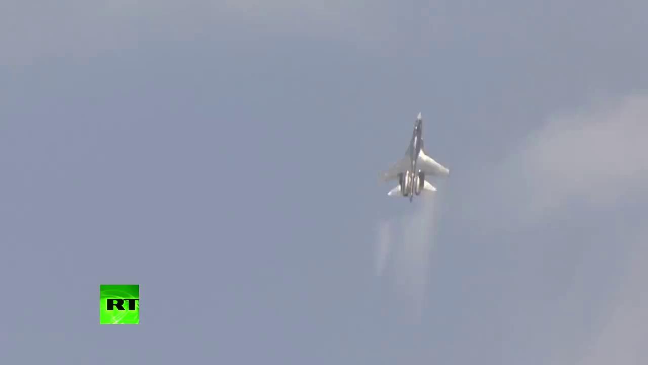 Tiêm kích Su-35 Nga trình diễn đẳng cấp tại Triển lãm Paris Airshow 2013.