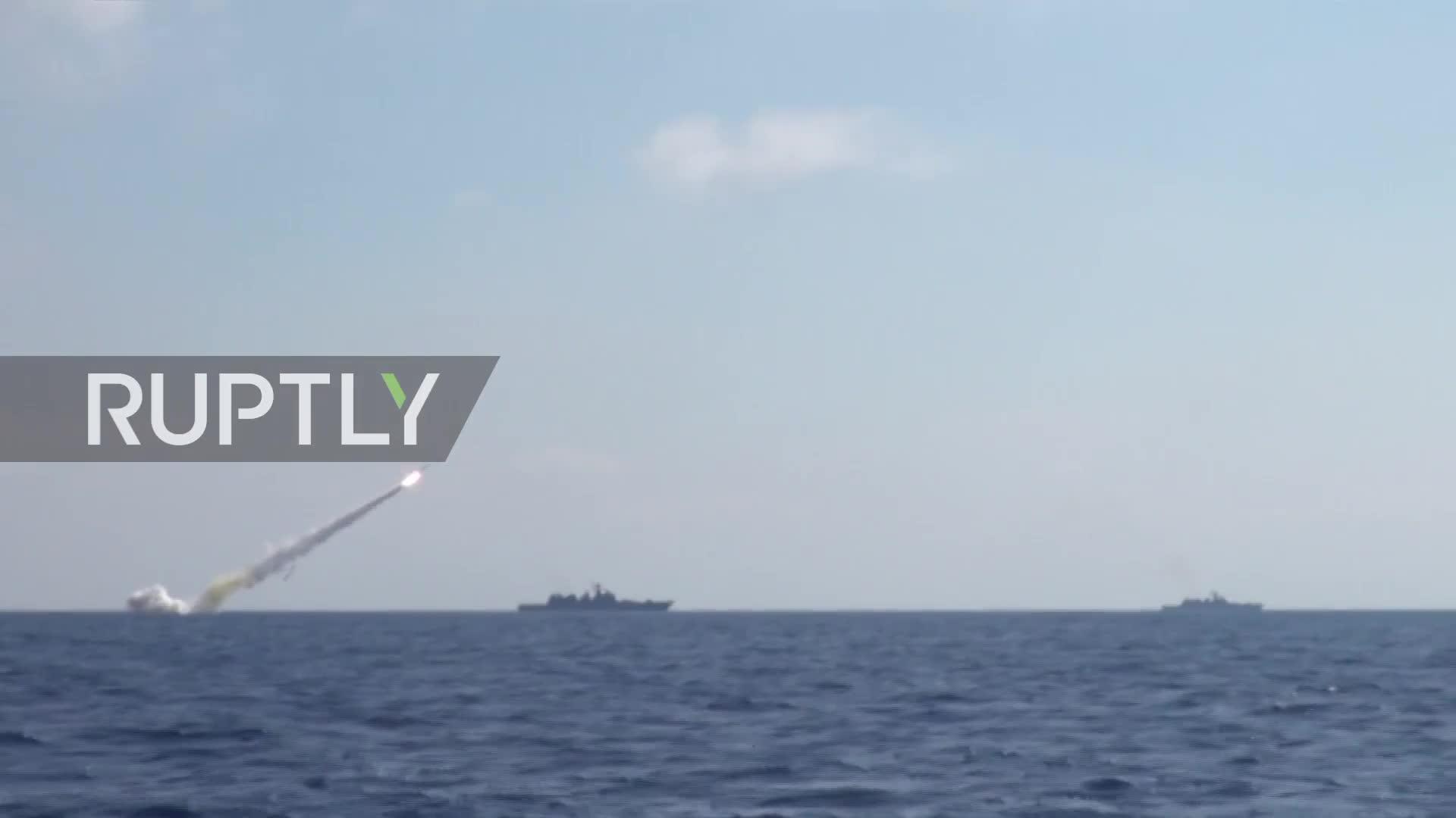 Tàu chiến Nga phóng tên lửa hành trình Kalibr tấn công khủng bố ở Hama, Syria.