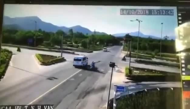 Cú tông mạnh vào xe cứu thương, y tá văng ra khỏi cửa kính vỡ