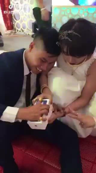 cô dâu tiu nghỉu sau khi bóc quà cưới của hội bạn thân- cứ tưởng được iphone, ai ngờ xấp tiền lẻ