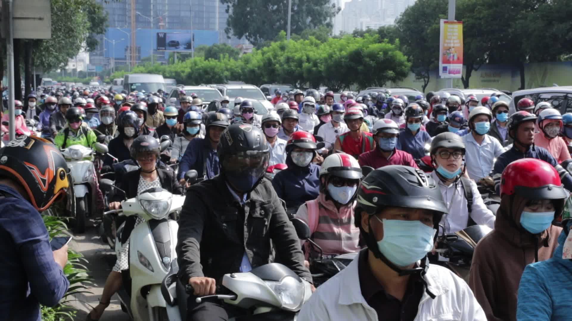 Đường Nguyễn Hữu Cảnh kẹt cứng các phương tiện kéo dài hàng cây số.