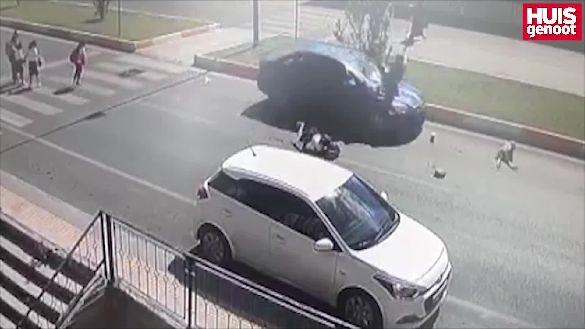 Video: Mẹ cùng 2 con gái bị ôtô hất tung lên trời sau tai nạn kinh hoàng.