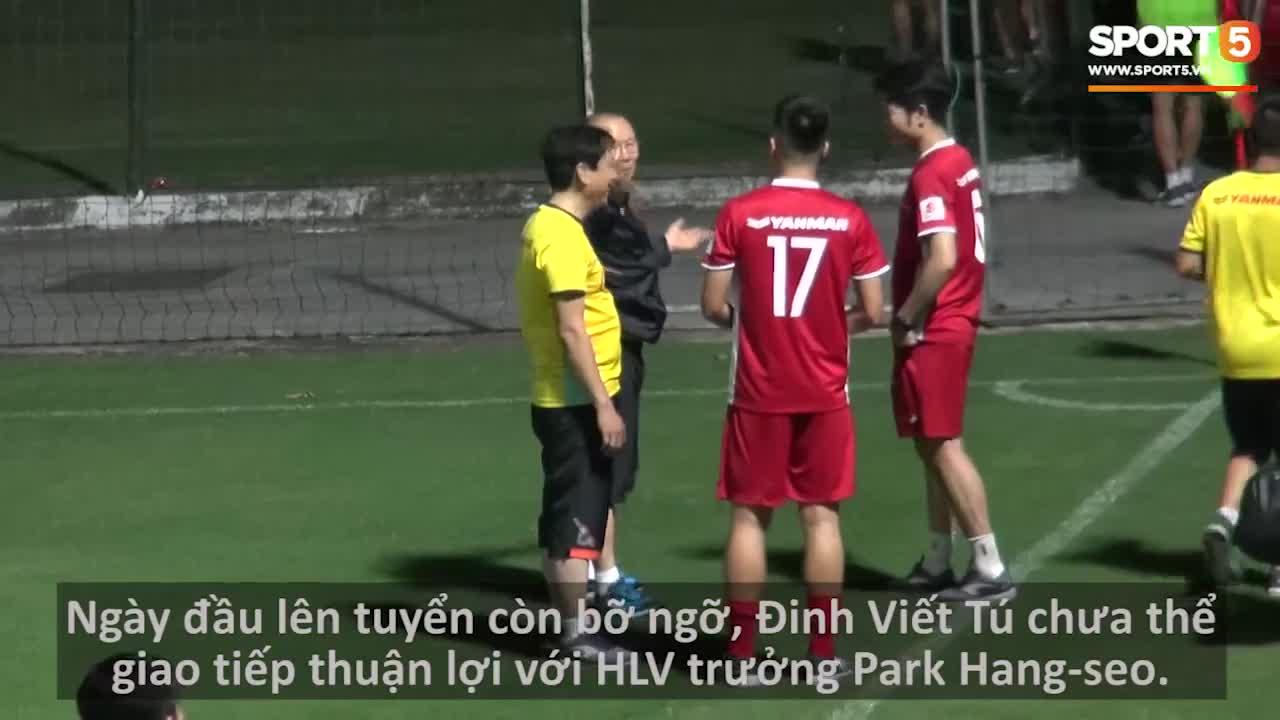 """HLV Park Hang-seo giao tiếp với """"tân binh""""."""