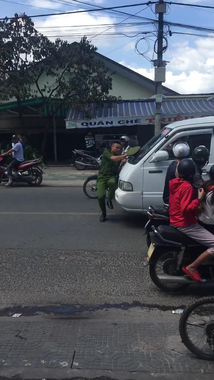 Tài xế nhấn ga lao bất chấp, chiến sĩ cảnh sát đang ôm mũi ô tô chạy lùi không kịp